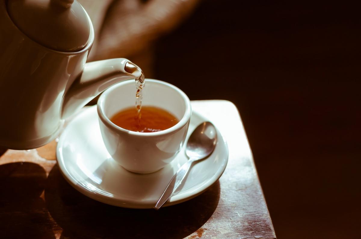 Aprenda a fazer um termogênico natural: chá de hibisco com canela