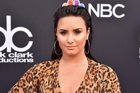 Demi Lovato lançou música nova ontem (30). Letra explica seus sentimentos sobre término de noivado.