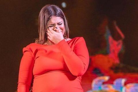 Marília Mendonça, chorando em show