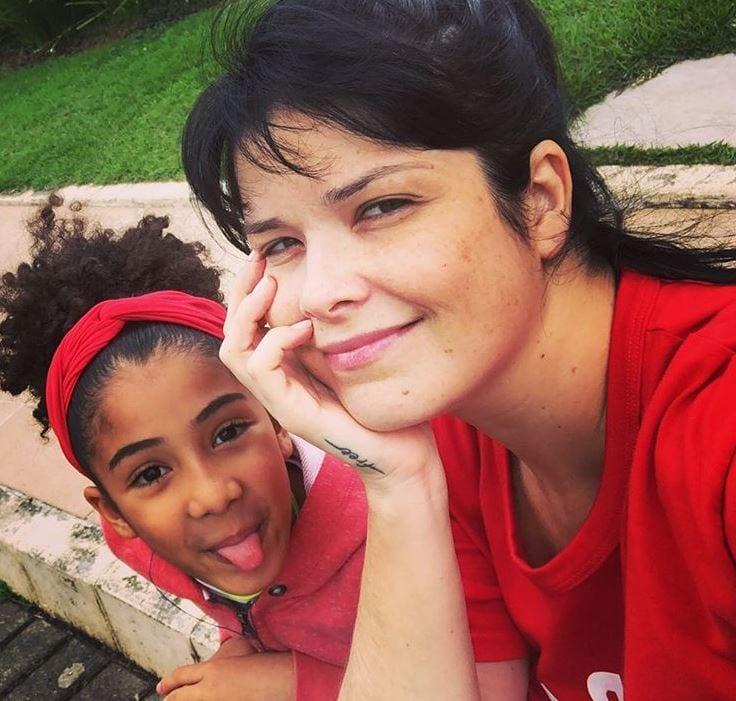 Racismo: Filha de atriz sofre preconceito e a mãe desabafa na web