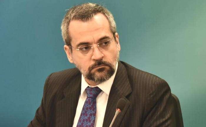 Ministro da Educação comete grave erro ortográfico e vira chacota na web