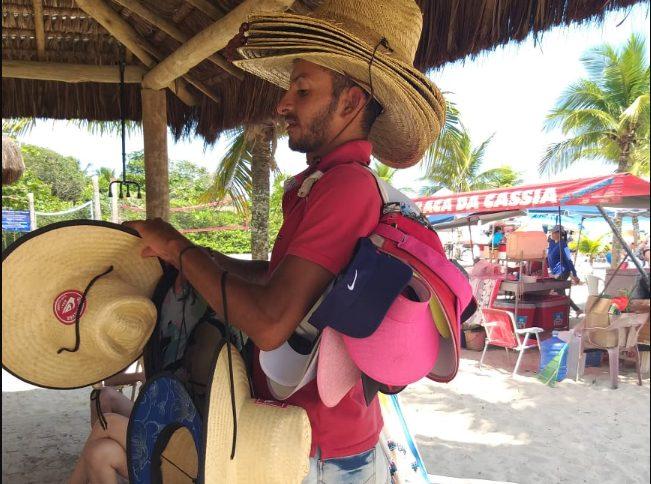 Janilson das Promoções: um  paraibano que ganha a vida vendendo chapéus no litoral de SP