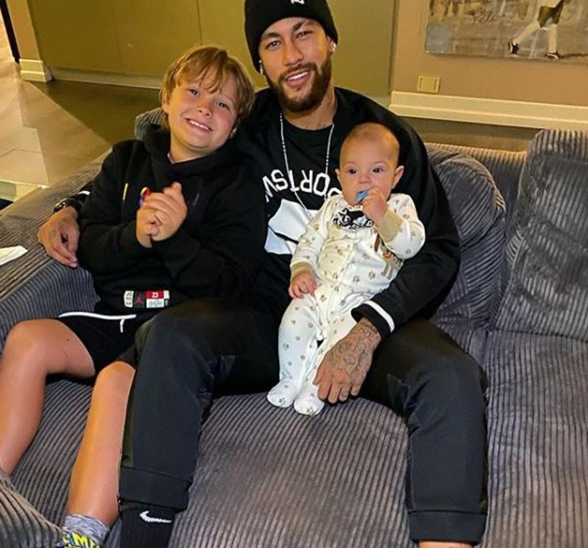 """Neymar tira foto com filho da sua ex e a web reage: """"Maturidade"""""""