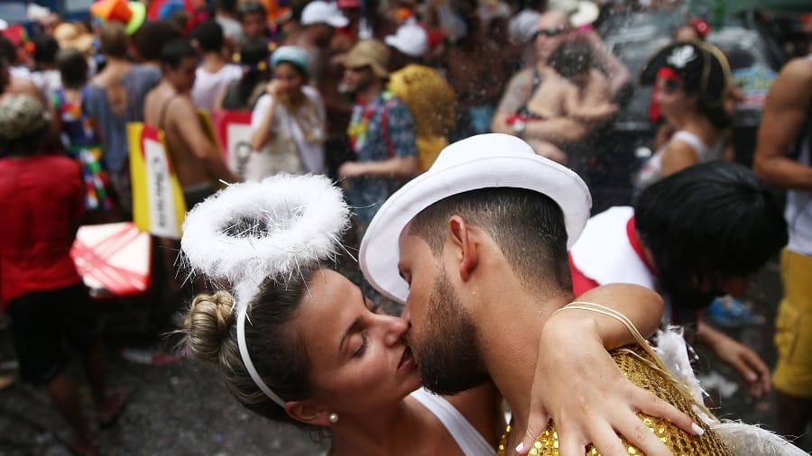 beijar no carnaval