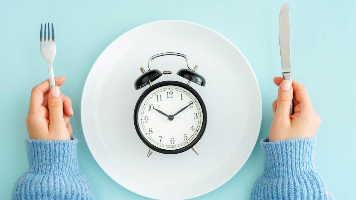 O jejum intermitente é uma dieta eficaz que promove a perda de até 10 kg em um mês.