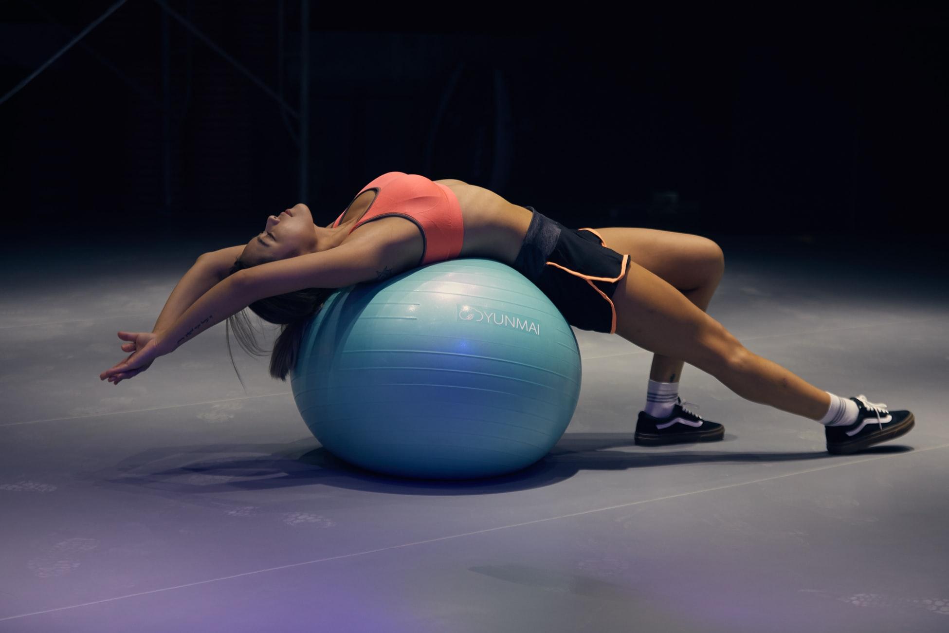 3 exercícios que mulheres conseguem praticar em casa para emagrecer rápido