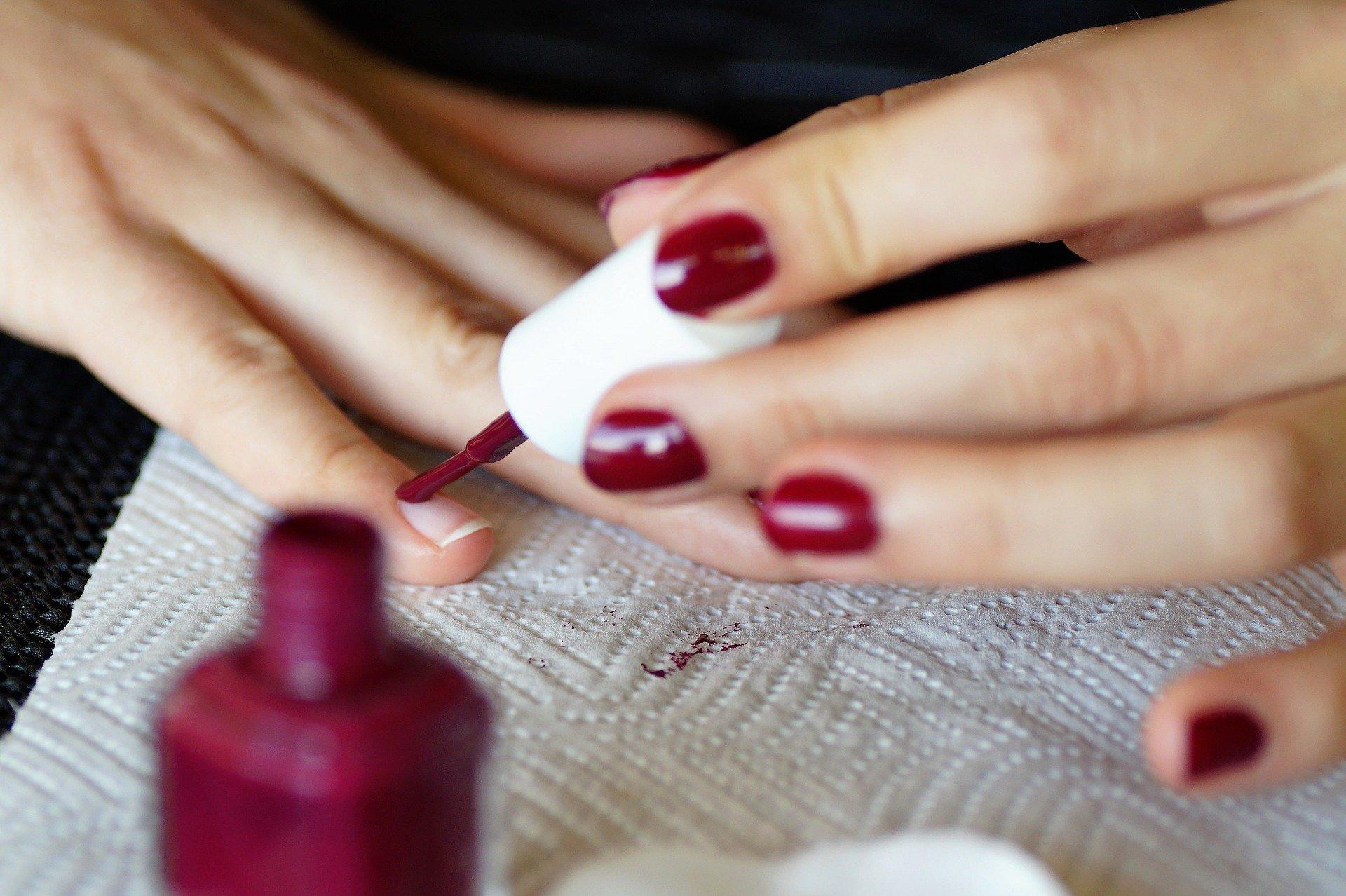 Aprenda a fazer suas unhas durante a quarentena