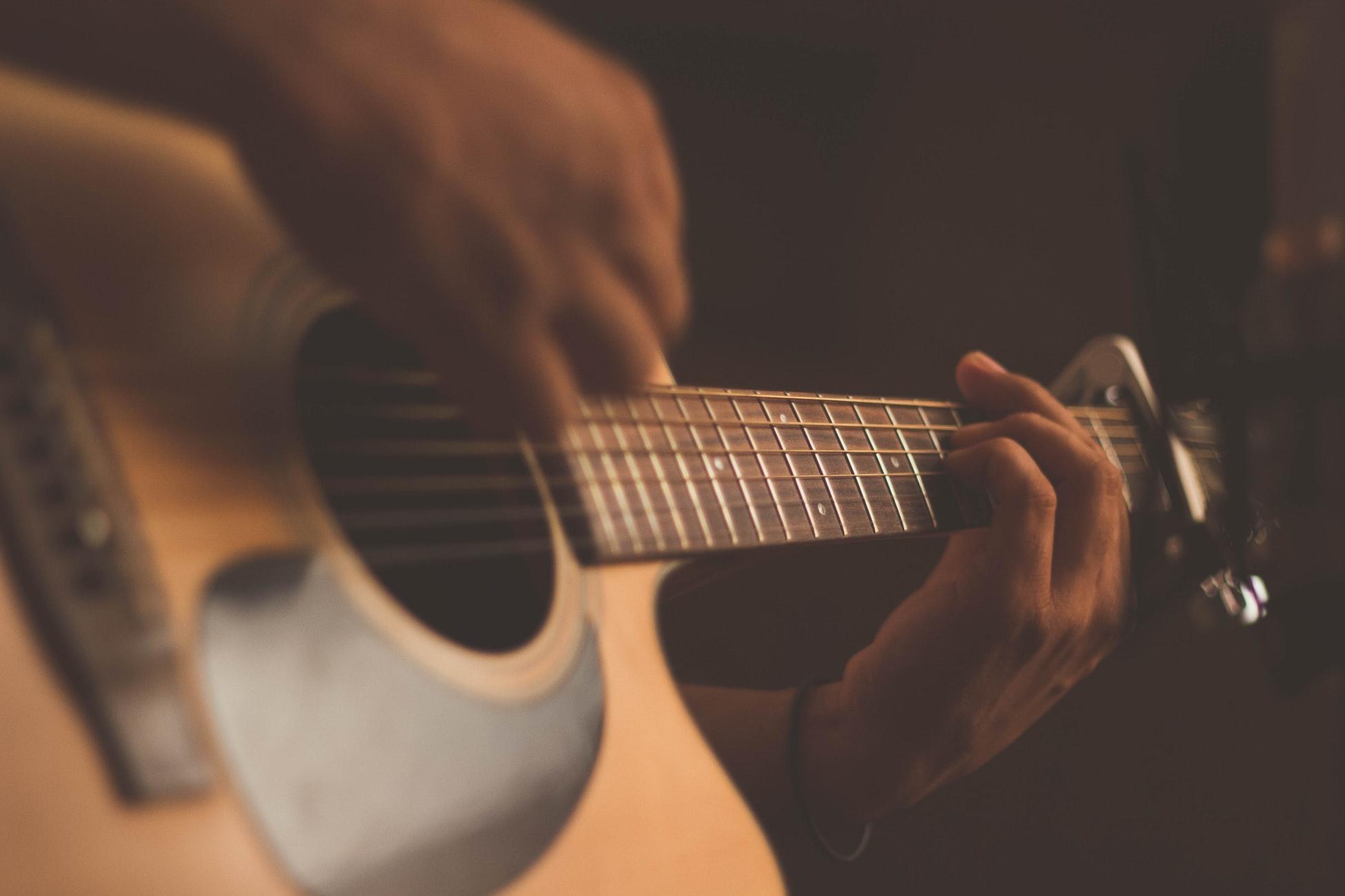 Aulas de violão aliviam o estresse: saiba como!