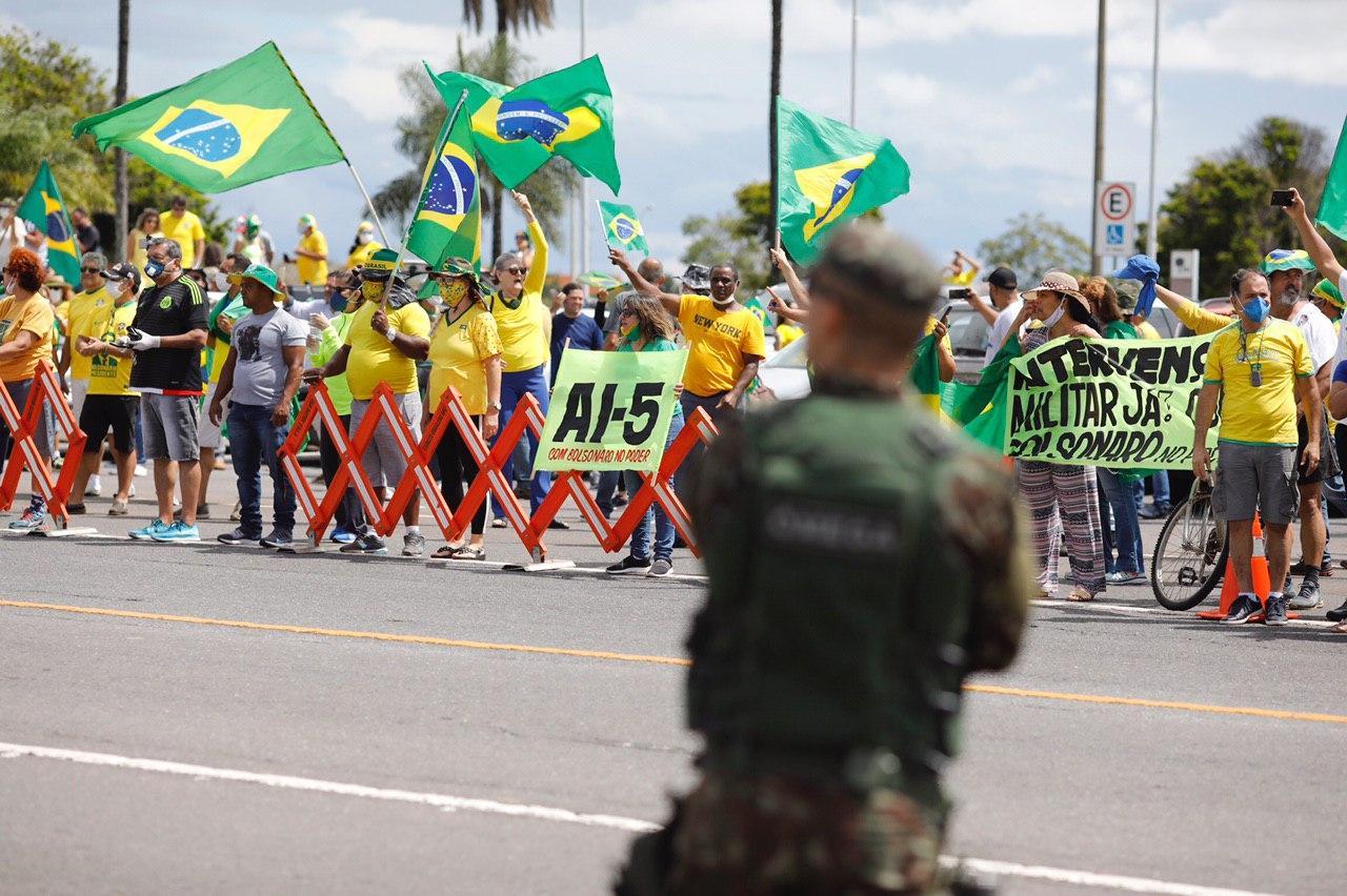 Manifestantes a favor de Bolsonaro pedem retorno do AI-5