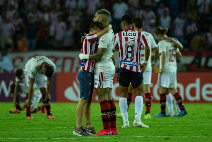 gabigol abraça torcedor colombiano