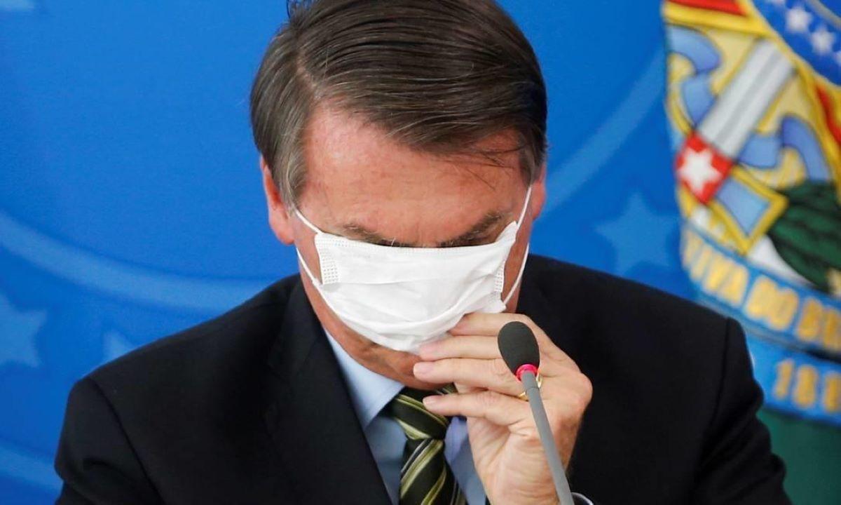 Bolsonaro tenta colocar máscara