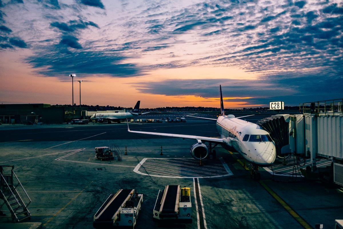 Qual a relevância das viagens aéreas para a economia mundial?