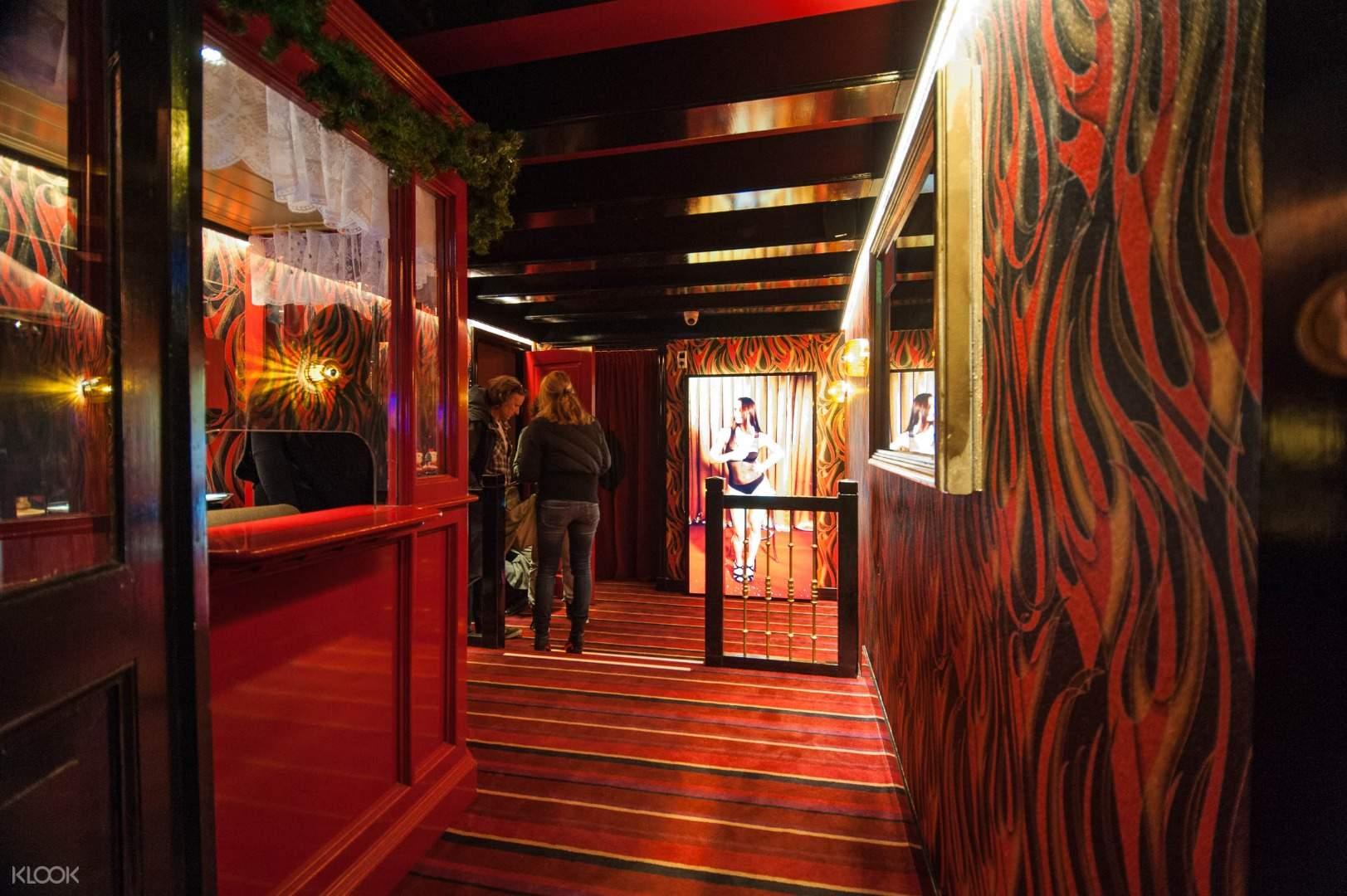 Interior do Red Light Secrets (imagem do site: Klook)