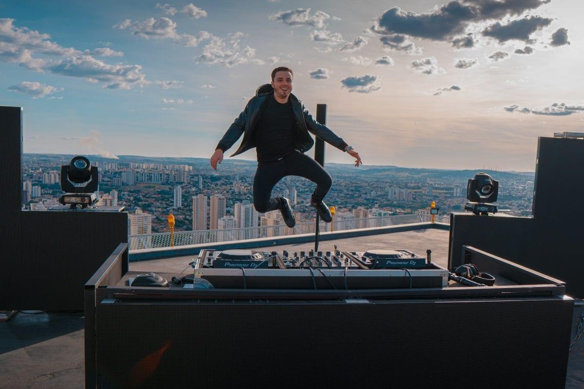 Vitor Bueno apresenta live no topo do segundo prédio mais alto do Brasil nesta sexta-feira (17)