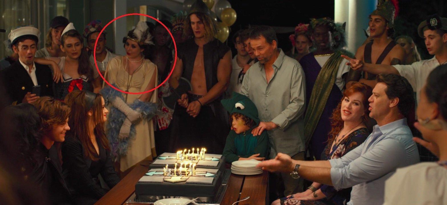 Beth Reekles em cena de A Barraca do Beijo.