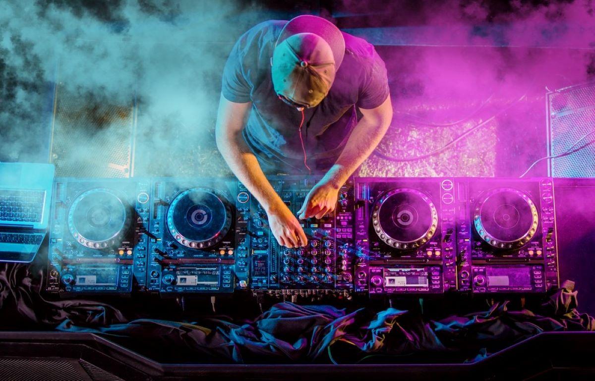 Saiba como DJs universitários se reinventaram nessa quarentena