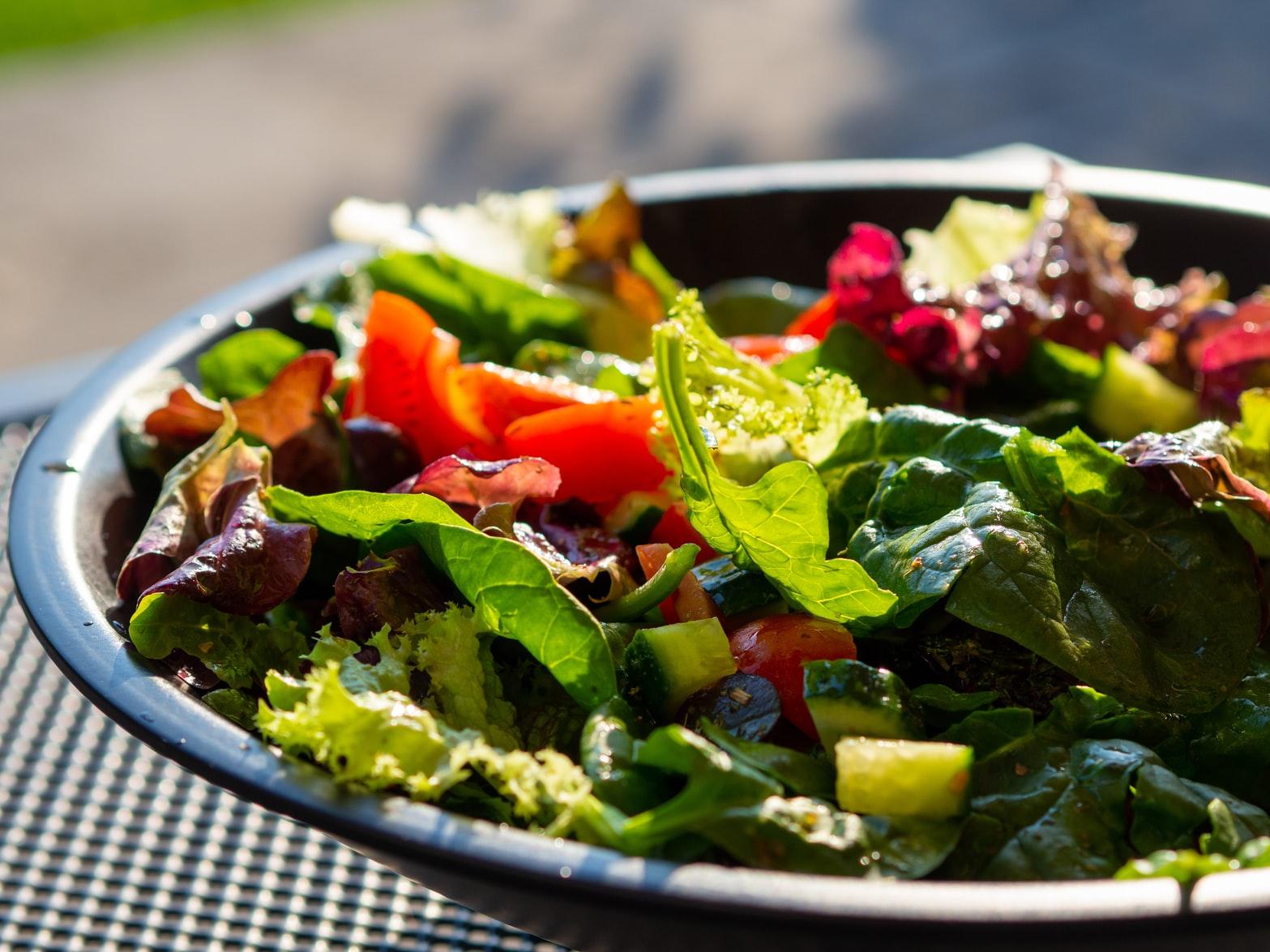 Como fazer uma salada variada com o mínimo de calorias