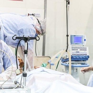 Médicos em atendimento de paciente com COVID-19. Foto: Rovena Rosa / Agência Brasil