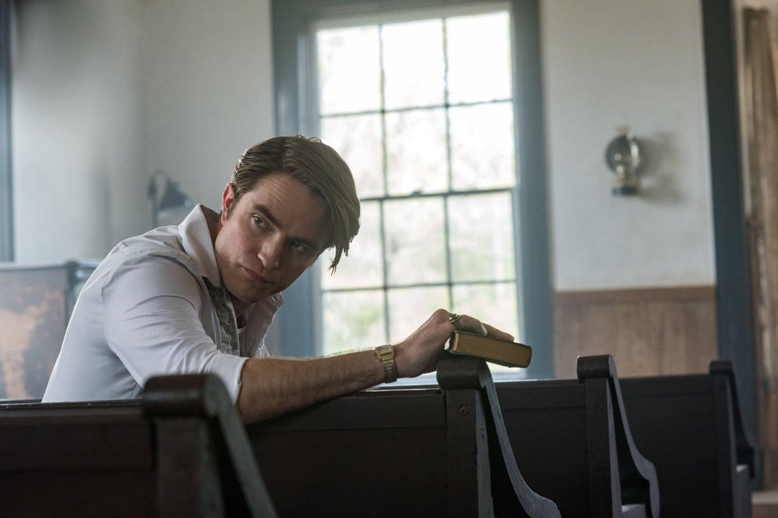 Robert Pattinson em seu papel como jovem pregador em Sempre o Diabo