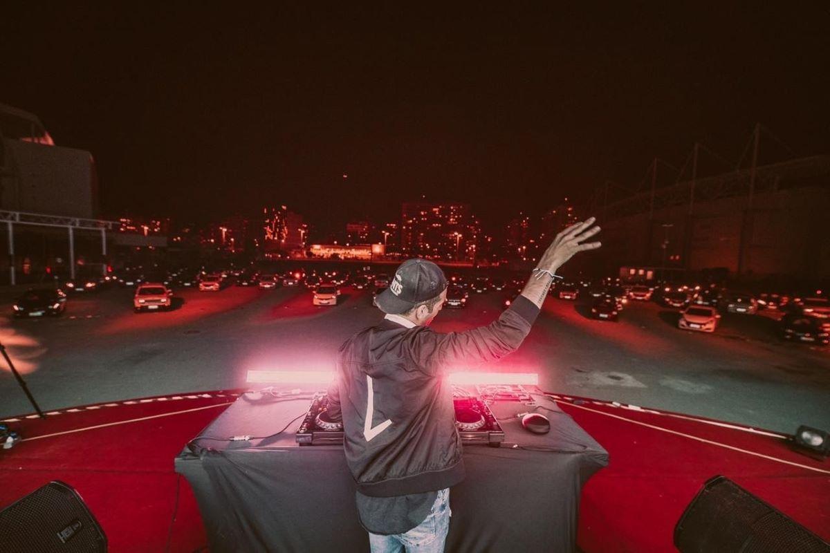 Lucce apresenta playlist para a pandemia no principal Drive-In do RJ