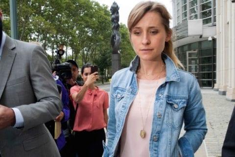 Allison Mack saindo de corte federal em Nova York, 2018.