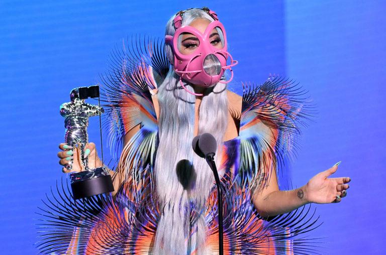 Lady Gaga aceitando um dos prêmios para o qual foi indicada na noite de ontem. FOTO: https://www.billboard.com/articles/news/awards/9442394/lady-gaga-face-masks-2020-mtv-video-music-awards