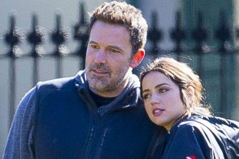 Ben Affleck e Ana de Armas rindo juntos. FOTO: The Mega Agency