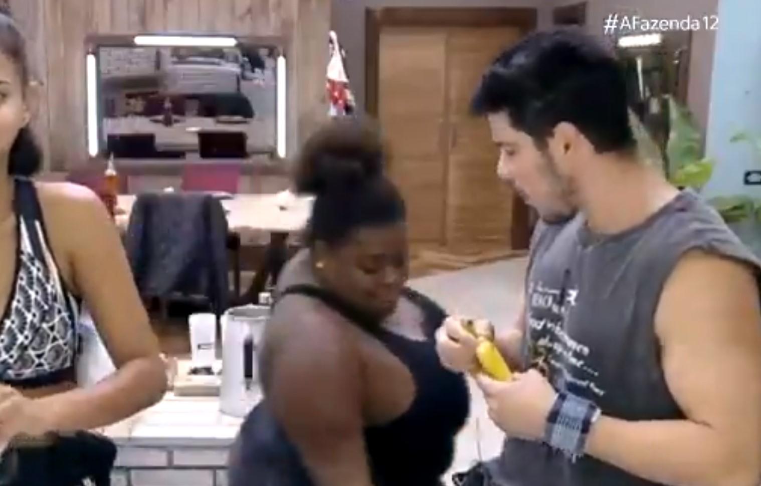 Jojo Todynho, na cozinha, pergunta a JP Gadêlha 'Sua mandioca é boa?', e  em seguida aparentemente apalpa parte íntima do colega.