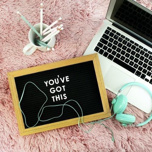 Momento de estudo em inglês com uma mensagem de motivação | Foto de Emma Mattews