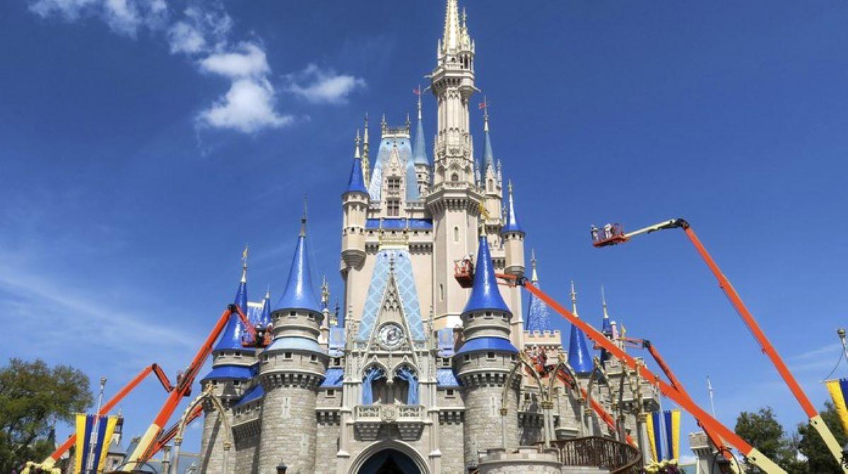 Por que a Disney está demitindo os funcionários de seus parques?