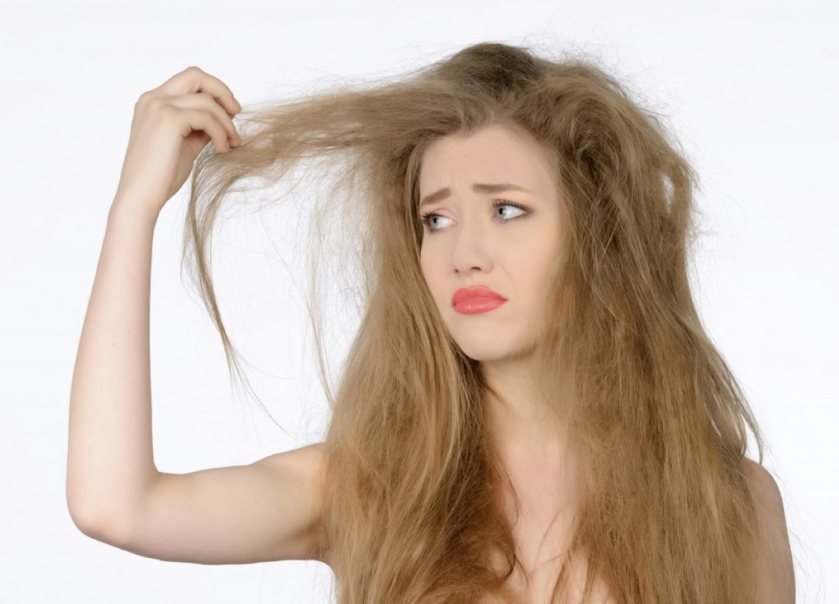 Como cuidar do cabelo cacheado durante o clima seco?