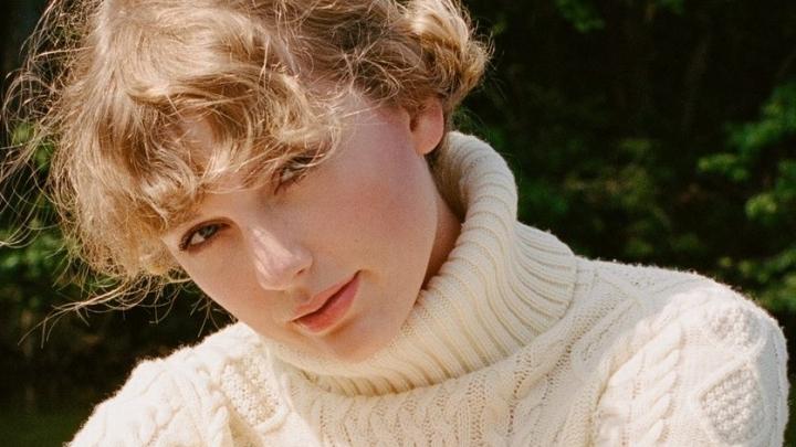 'RED': quarto álbum de estúdio de Taylor Swift faz 8 anos hoje