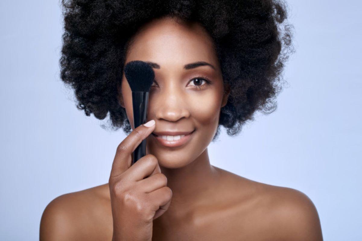 Veja 5 dicas de maquiagem para pessoas de pele preta