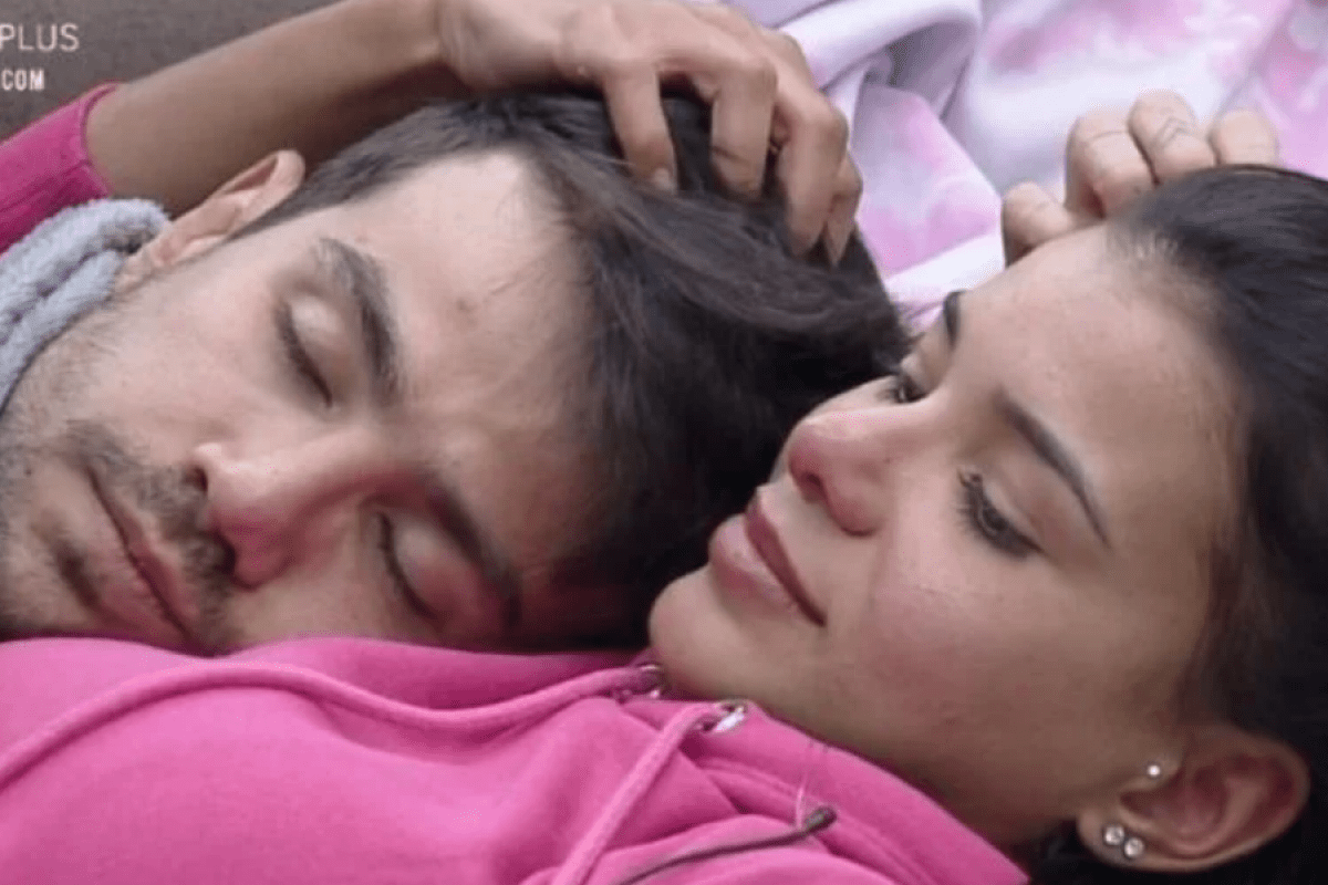 A Fazenda 12: Mariano e Jakelyne discutem sobre relacionamento