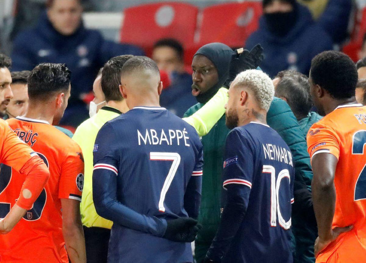 Quarto árbitro comete racismo em partida pela Champions League