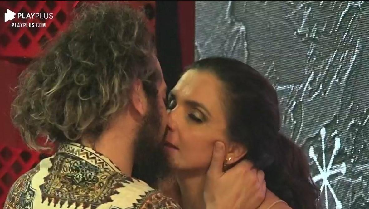 A Fazenda 12: Cartolouco e Luiza Ambiel trocam beijos em festa