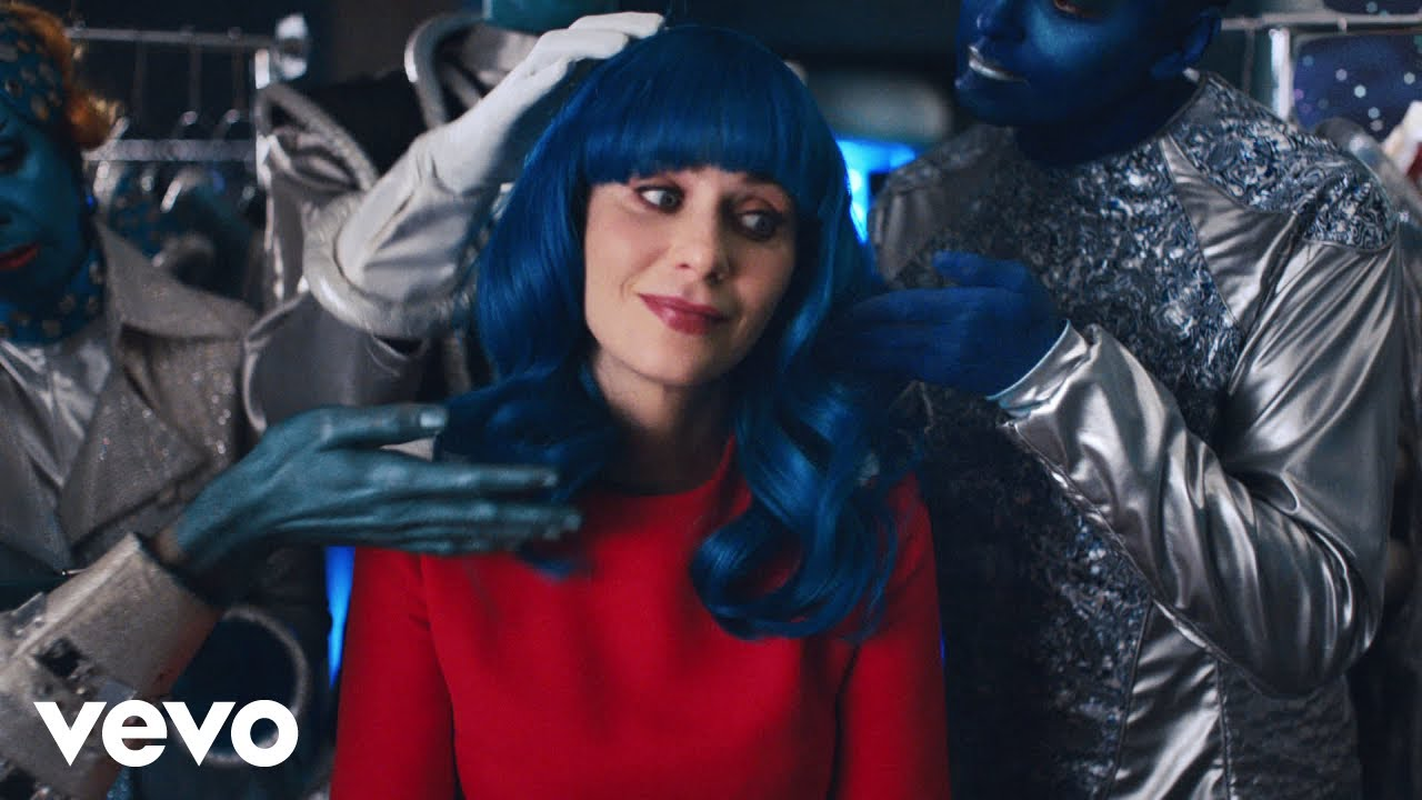 Katy Perry lança o clipe Not the End of the Word com Zooey Deschanel.