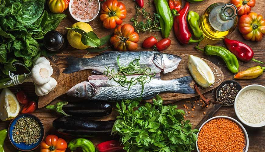 A Dieta do Mar Mediterrâneo é rica em peixes, frutas, legumes e vinho.
