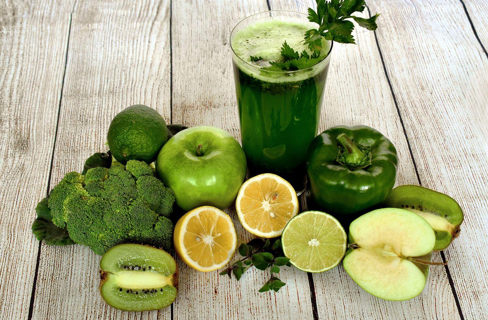 A dieta Sirtfood inclui sucos detox em seu cardápio.