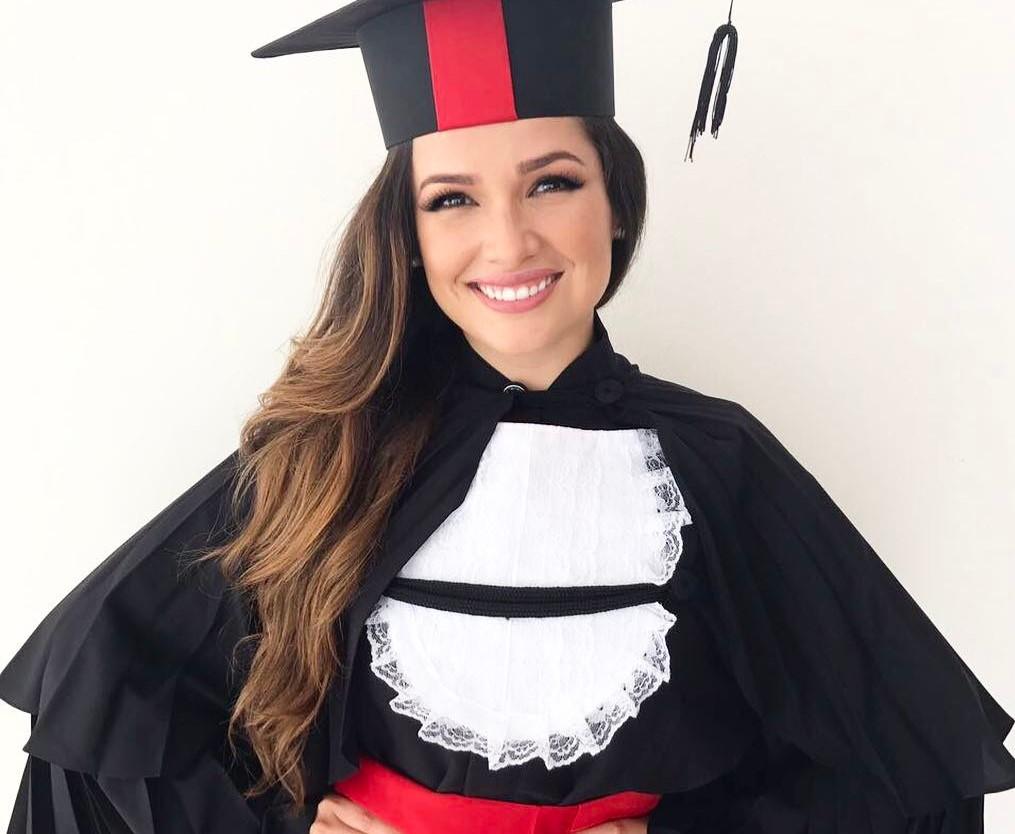 Juliette se formou em Direito após cursar por algum tempo Medicina.