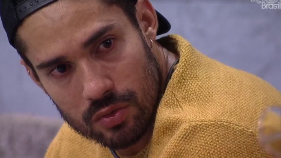 Arcrebiano cai no choro em conversa com Karol Conká e fala sobre deixar o BBB21.