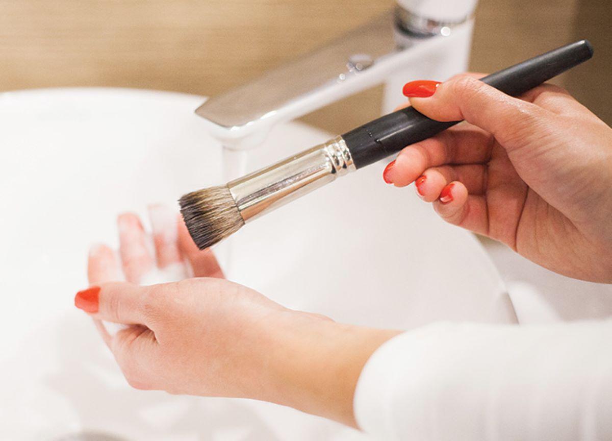 Cuidados com limpeza de maquiagens em tempos de pandemia