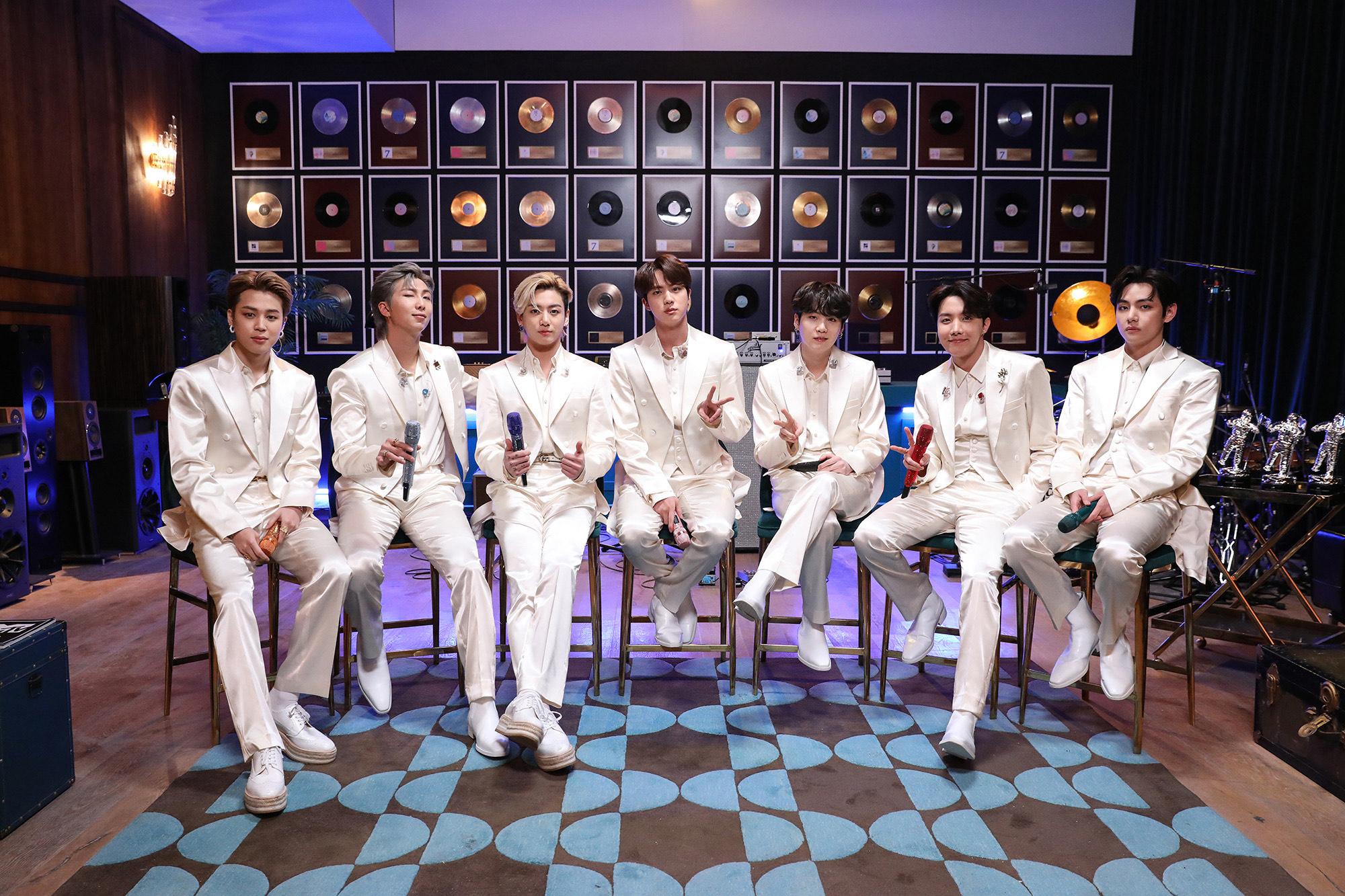BTS estreia sua primeira apresentação no MTV Unplugged hoje, terça-feira (23).
