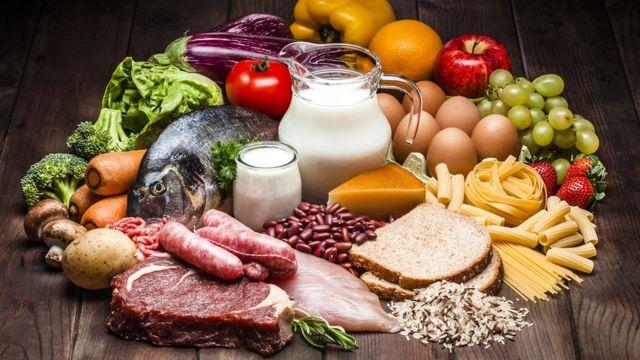 Comer de maneira saudável, evitando gorduras, açúcar e alimentos industrializados é o caminho para amagrecer.