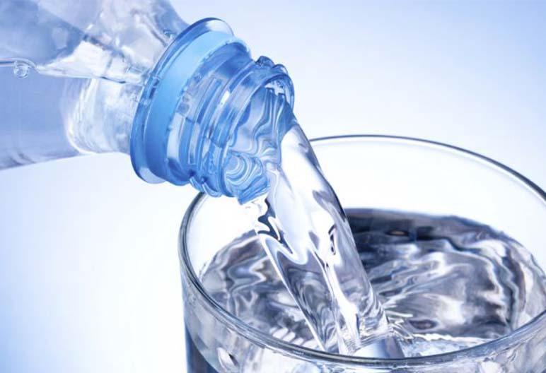 Beber água é outra dica para emagrecer para o Carnaval de 2021.