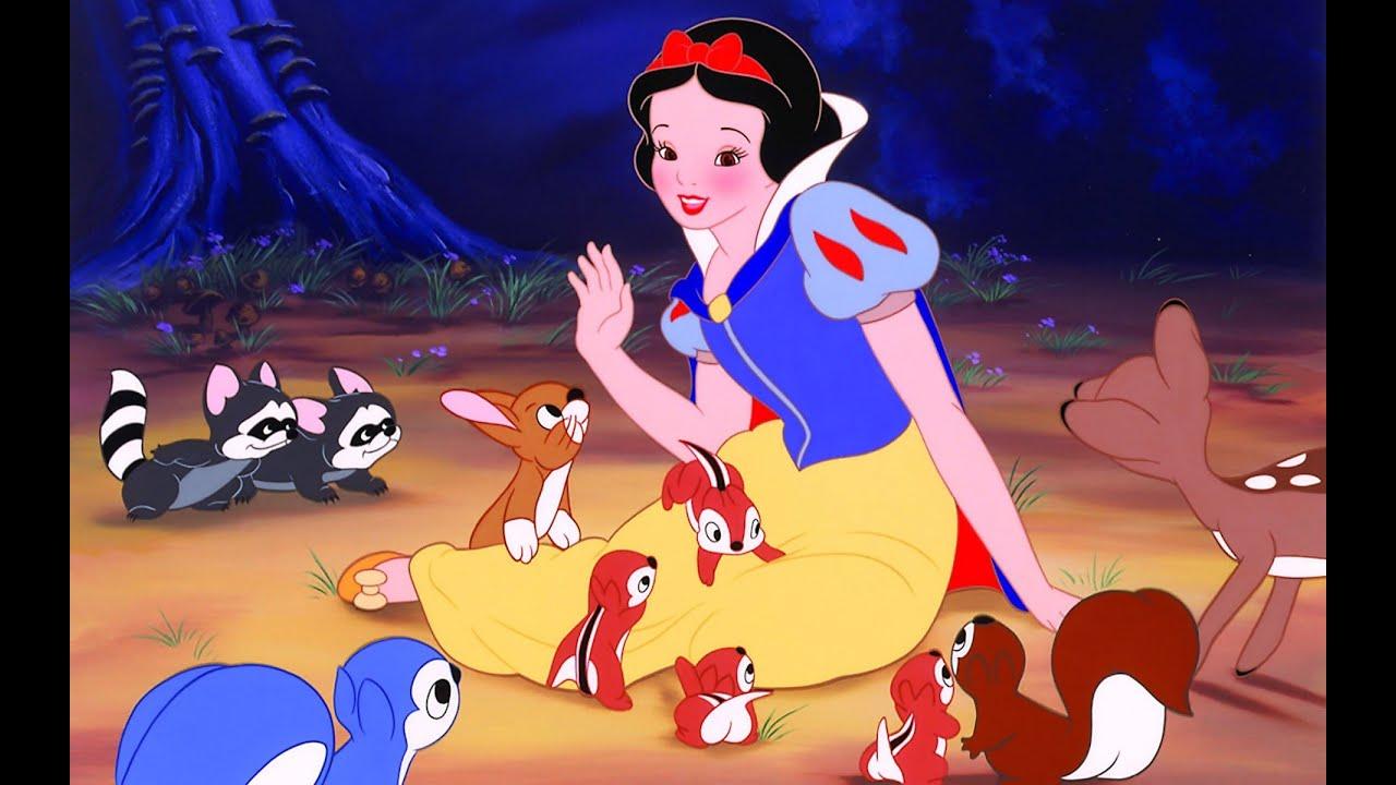 A princesa recebe a ajuda de pequenos animais da floresta durante as cenas de Branca de Neve e os Sete Anões.