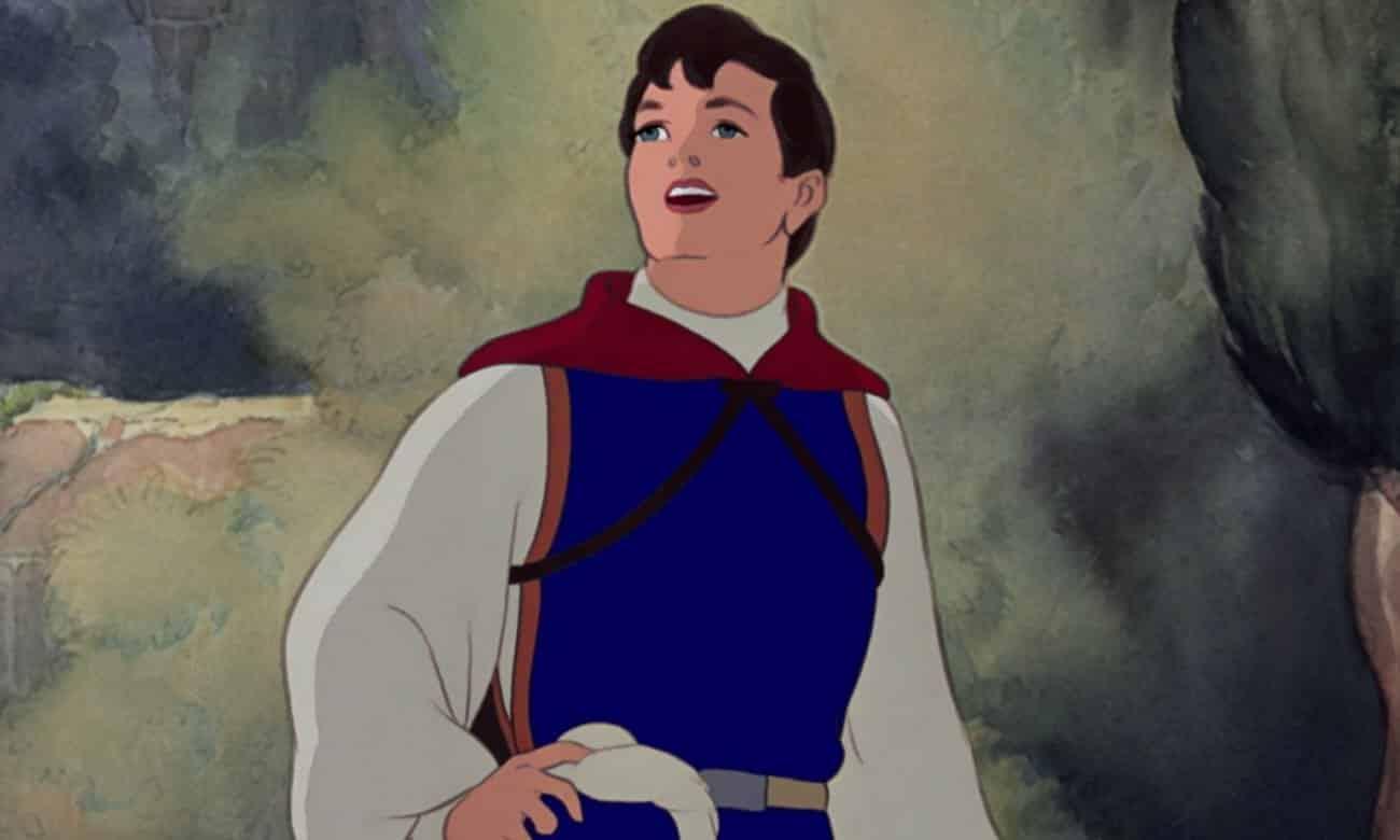 O Príncipe se apaixona por Branca de Neve e juntos vivem felizes para sempre.