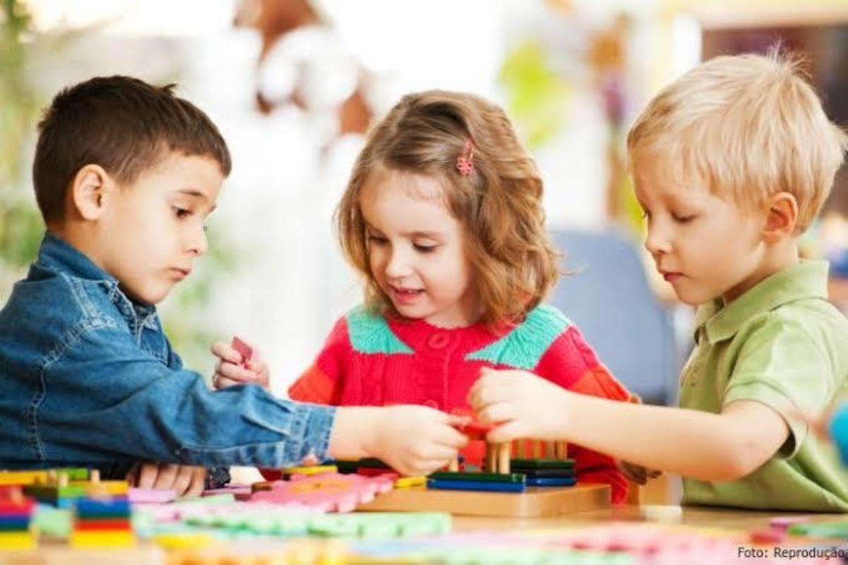 Como a interação com outras crianças influencia no desenvolvimento?