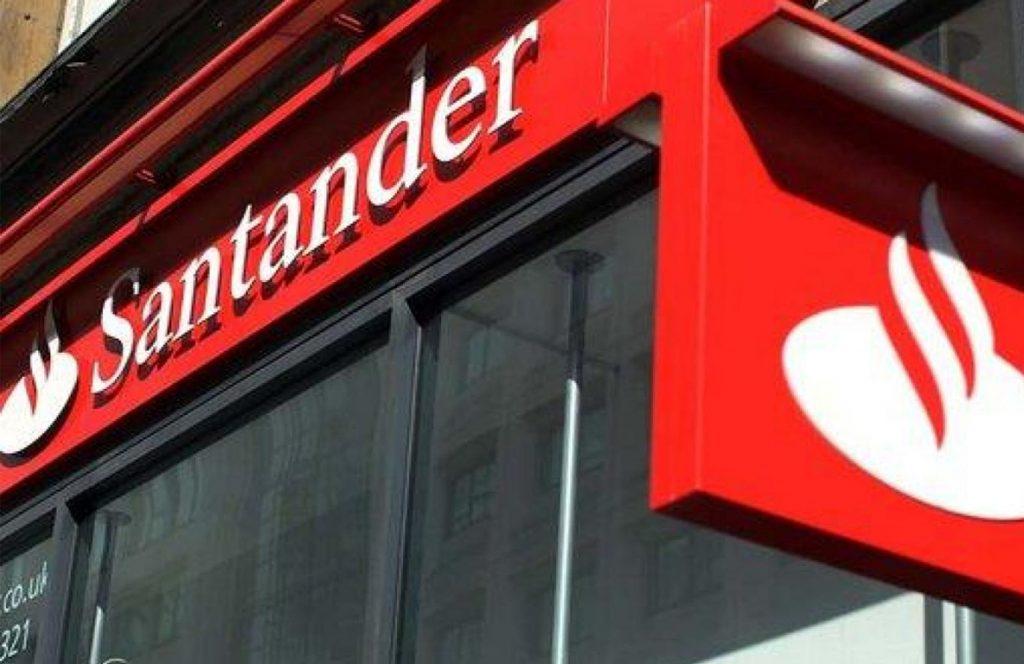 Santander oferece 50 mil bolsas para  jovens que desejam aprender sobre TI.