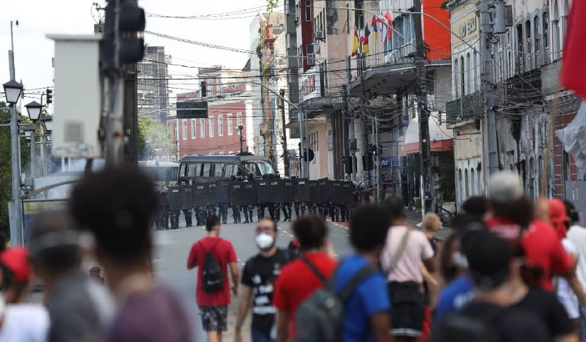 Protesto contra Bolsonaro termina com violência policial e homem machucado